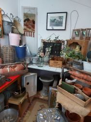 Lots of interesting garden items from pots to galvanised containers...